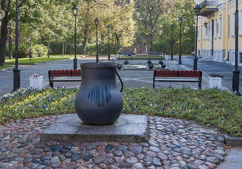 Памятник котелку