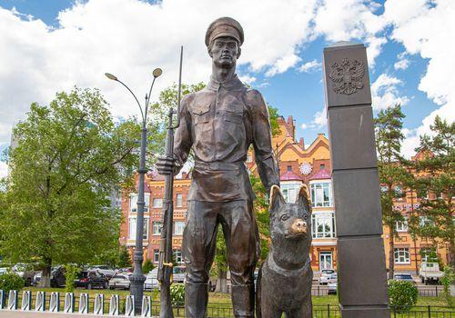 Памятник «Пограничник и служебный пес»