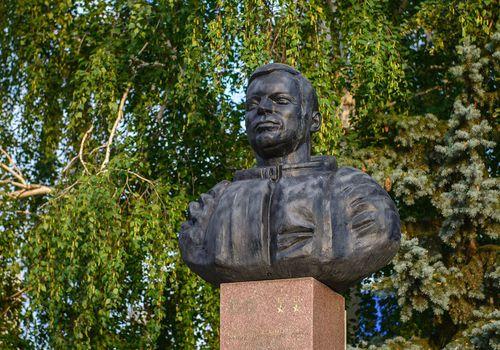 ПамятникЮ.В. Романенко