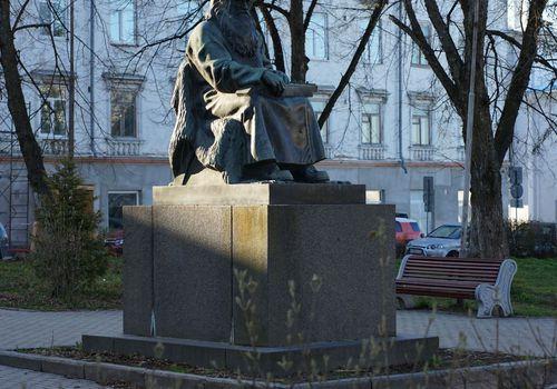 Памятник рунопевцу
